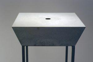 Le petit attracteur, 2012, béton, plastiques, miroir, poussière, 50 x 50 x 16 cm